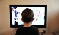 """玩手机、看电视……孩子沉迷""""屏幕"""",或将影响其大脑发育"""