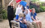 """ALS患者霍金接受""""冰桶挑战""""  3子女代其挨水浇"""