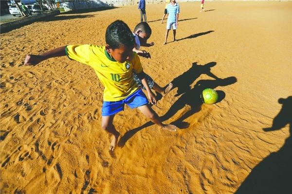 小孩都打着赤脚踢球,在简陋的场地中,技术动作十分的娴熟-巴西 图片