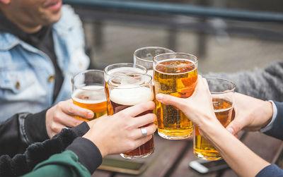 """首次证实!""""喝酒""""影响与癌症等疾病有关的口腔细菌"""
