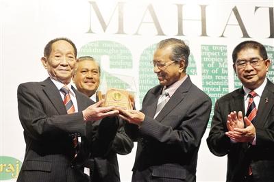 袁隆平获马哈蒂尔科学奖 杂交水稻享誉马来西亚
