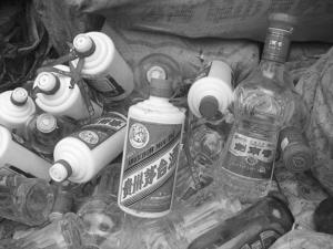 """高价回收名牌酒瓶 """"旧衣新穿""""牟取暴利"""